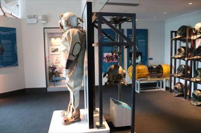 潜水に関する展示。ヘルメットの重さが体験できます