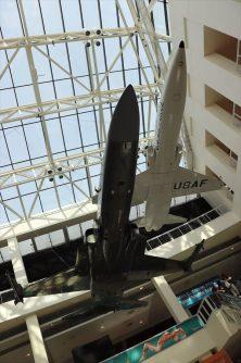 エントランスホール。迫力ある航空機の展示