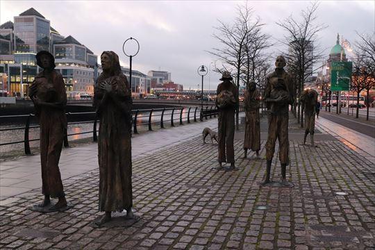 飢饉を表している彫刻。移民博物館の近くにありました