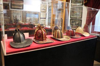 ヘルメットのひさしが大きいのは落下物対応でしょうか。展示されているのは装飾的なものだと思います