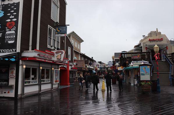 あいにくの天気でしたが多くの観光客で賑わっていました