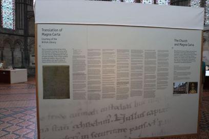 原文はラテン語。その翻訳文が細かい字でびっしり書かれています