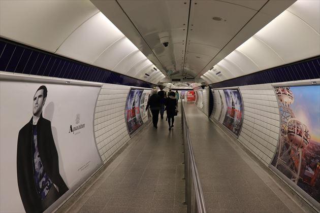 ロンドンの地下鉄駅通路。円筒形です