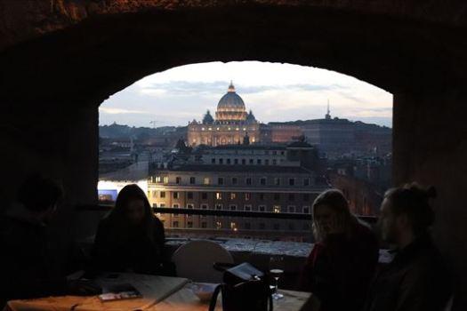 サンピエトロ寺院が見えるカフェ