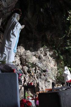 山の崖を削ったようなところに祠があマリア像が置かれていました