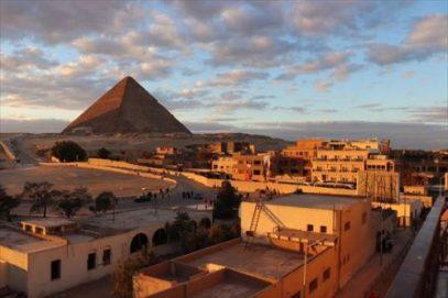 ホテルから見た夕日のピラミッド