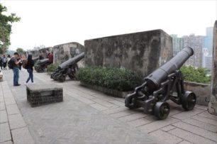 大砲が置かれていて砦であったことが良くわかります