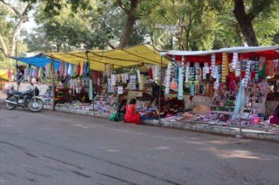 村の中心部の露店の市場