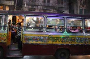 クラクションも外装もハデハデなバス