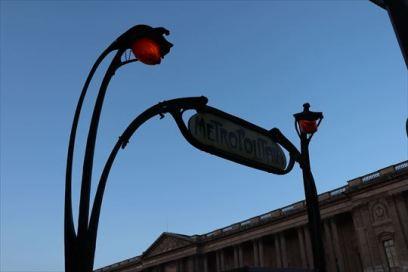パリのルーブル美術館近くの地下鉄駅