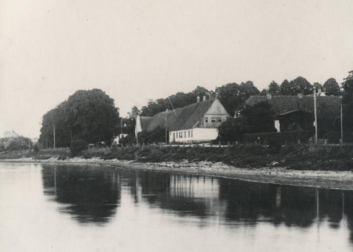 Rungstedlund omkring 1890, lige inden branden, der udslettede længen ud mod Strandvejen. Her lå Rungsted Kro indtil 1803.