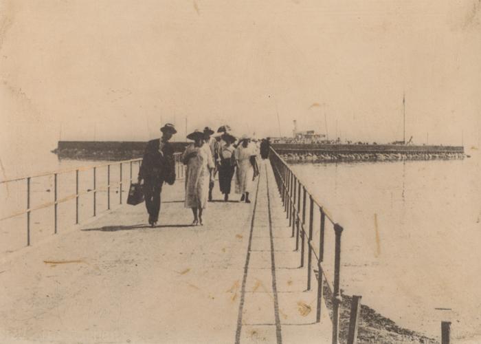 Rungsted Havn Sommerklædte passagerer på vej ind ad anløbsbroen i 1923