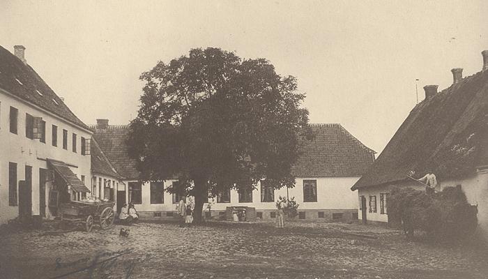 Nr. 1. Rungstedlund ca.1890, her fødtes Karen Blixen i 1885. Rungsted Strandvej 109. Til højre den endnu eksisterende beboelsesfløj. Længen i midt i billedet brændte i 1898. Rungstedlund dannede rammen om kaptajn Dinesen og hustruen Ingeborgs liv. . Det Kongelige Bibliotek, Museum Nordsjælland, Hørsholm Lokalarkiv har kopi.