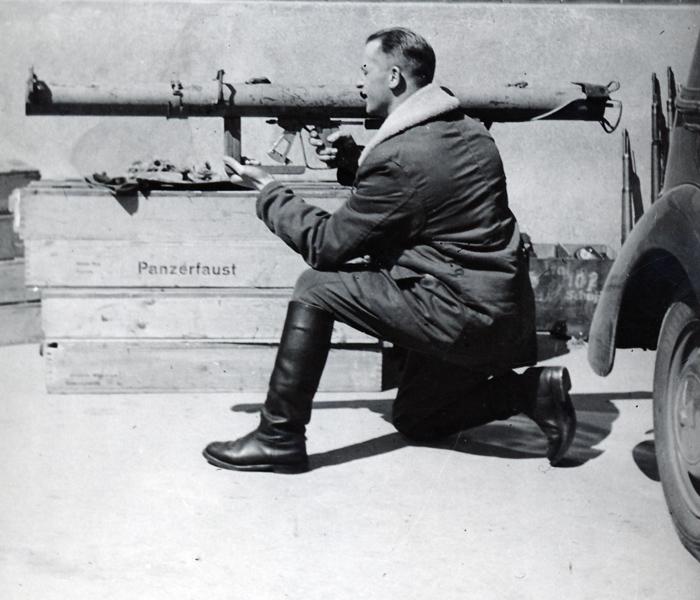 Lysberg Hansen med bazooka. 1945