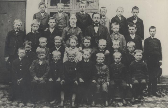 Daglig skolegang Lærer og elever sandsynligvis foran den gamle skole på Folehavevej, der blev afløst af Hørsholm Skole i 1897