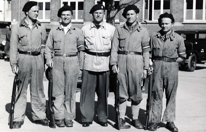 I midten ses en af de ledende mænd i den lokale modstandsbevægelse, vejassistent A.E. Nielsen omgivet af sine fire sønner: Einar, Aage, Poul og Ole. Hørsholm Skole. Befrielsen 5.maj 1945