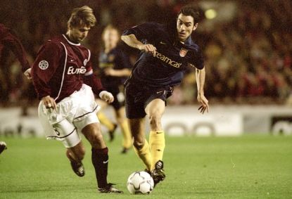 robert-pires-wears-the-2000-2002-arsenal-third-kit