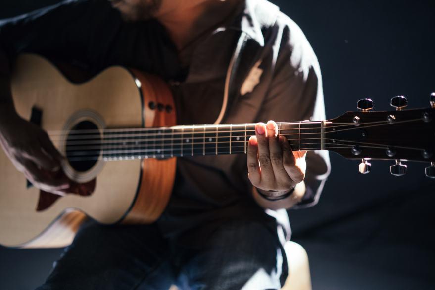 アコースティックギターを弾く男性