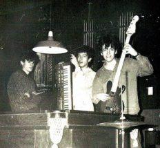 Celso Freire (à direita), com o baixo tagima que reformou (1985)