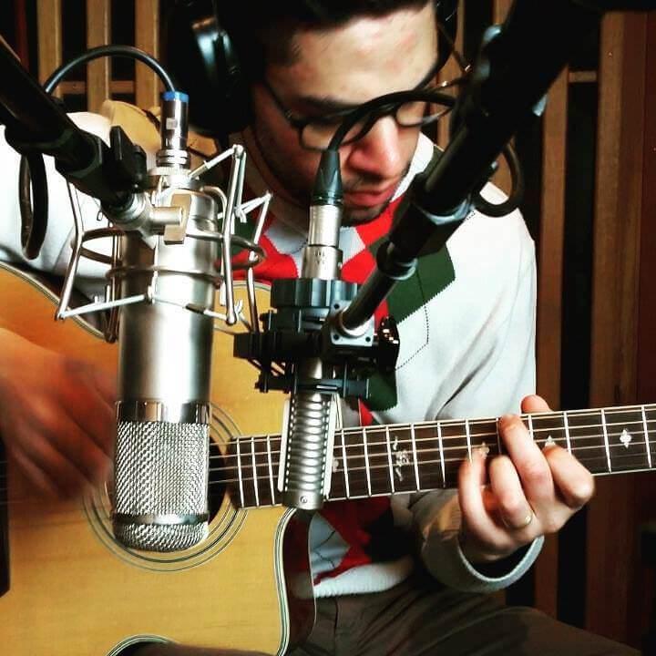 Microfones U47 (esq.) e Royer 121 (dir.)