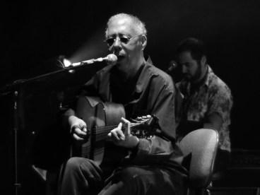 Jards Macalé no palco do teatro Sesc Santana (Foto: Alexandre Eça)