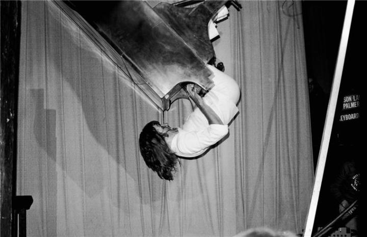 keith-emerson-performing-upside-down-playing-piano-london-1973
