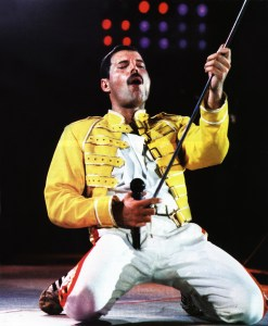 freddie-mercury-performing