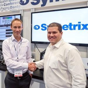 Mark Ullrich (izquierda), director de ventas Internacionales de Symetrix, y Alex Rojas (derecha), director general de PRO AVLS, reafirmando su asociación en la feria InfoComm de este año en Las Vegas