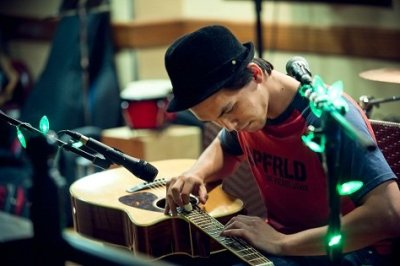 Lap Tap Percussion Guitarist