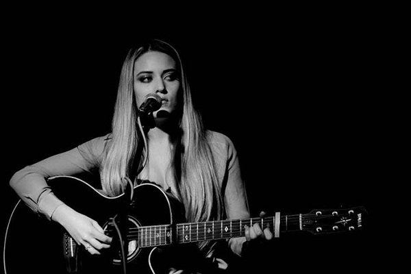 solo-female-acoustic-guitarist-vocals