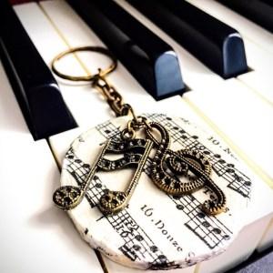 Музикален ключодържател, медальон, с винтидж висулки на шестнайсетини ноти и ключ сол, с орнаменти по тях и дървен, бял нотен медальон с декупаж, ръчно изработен