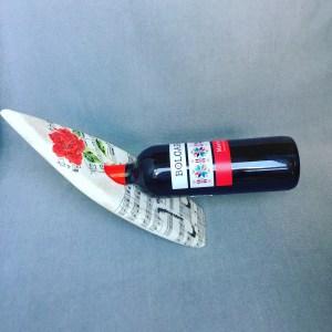 Уникална самобалансираща се музикална поставка за бутилка вино Хармония и баланс, равновесие, декупаж, дървена, бяла поставка под ъгъл, ноти, нотна партитура, роза, вино, алкохол, декорация, подарък, дъска, плоча, плоскост за вино, украса, оригинален подарък, необикновен,