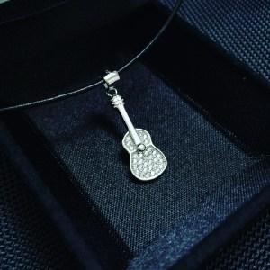 Сребърно колие, висулка сребро, китара, укулеле, струни, струнен музикален инструмент, проба 925, оксидирано сребро, сребърна висулка, елемент, музика, кожена верижка, сребърна закопчалка, камъчета цирконий, 31 броя, бижу, плътно, кутийка, подарък, празник,