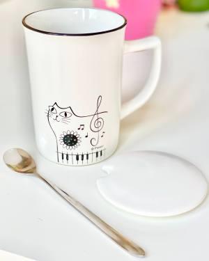 чаша, лъжичка, капаче, котка, ноти, пиано, клавиши, ключ сол, бяла, керамична, порцеланова, чай, кафе, капучино, 3в1, топли напитки, сет, комплект, музикална, цвете,