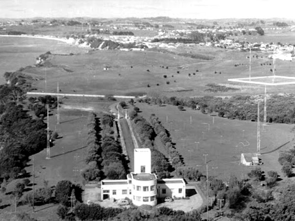 Musick Memorial Radio station in 1961. The four towers for the receiving aerials are just south of hte building, with another four towers for the DF system in the distance.
