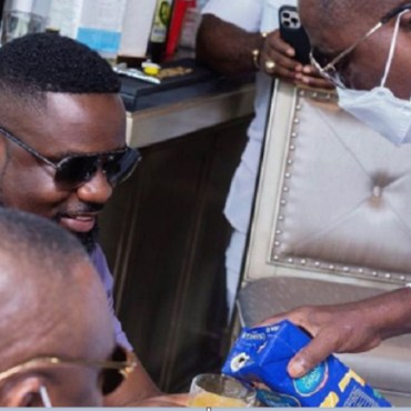 Social media users react to a picture of Kwame Despite serving Sarkodie with juice