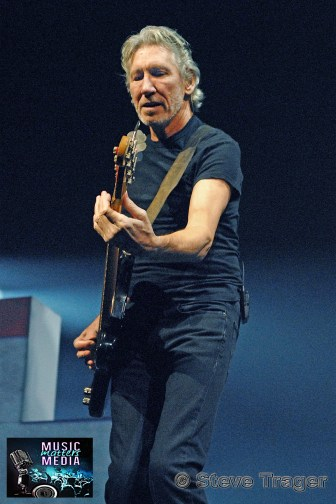 ROGER WATERS IN PHILADELPHIA THE WALL TOUR 2010 PHOTO STEVE TRAGER 31