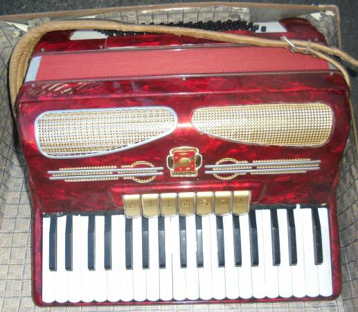Accordian Petromilli vintage with case 17 x 17 accordion