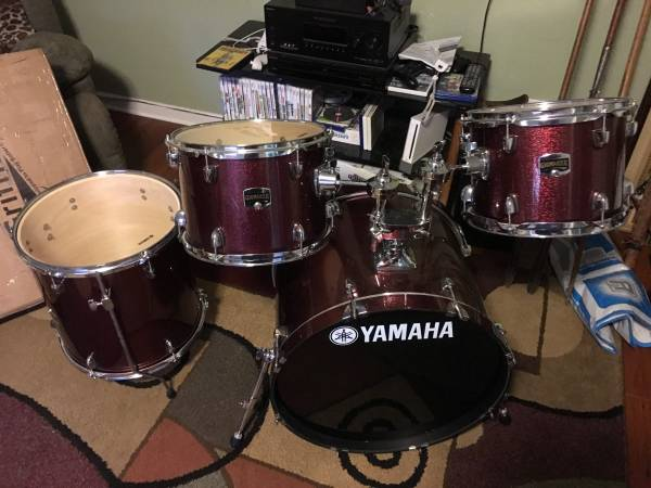 BRAND NEW ! Yamaha Gigmaker Drum set brand new w griffin stands 2017