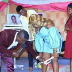 A pastor removes the slip of a faithful worshiper. : His explanations (Photo)