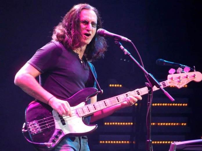 geddy-lee-tocando-seu-baixo-fender-com-a-banda-Rush