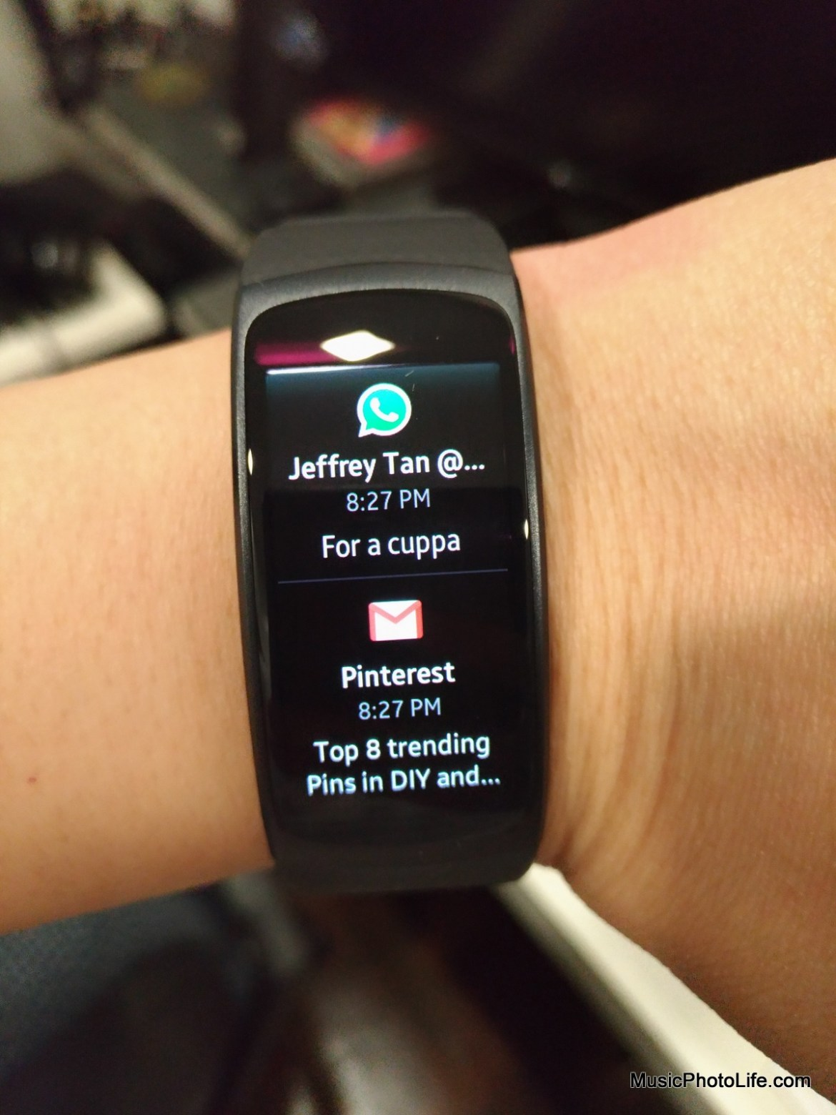 Samsung Gear Fit2 displays full notification messages