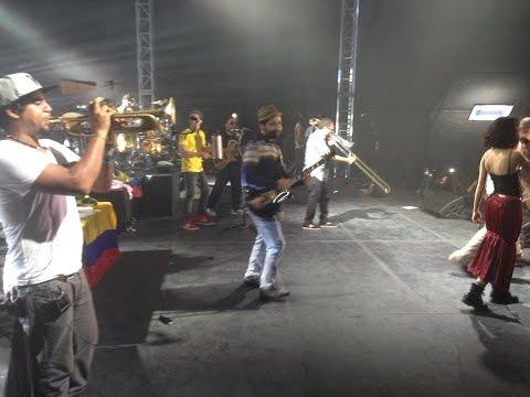 Cumbia de los Aburridos – Calle 13 en vivo desde Bogotá