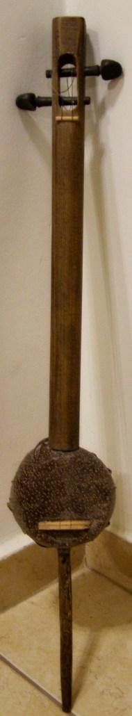 ενα rabab φτιαγμένο από καρύδα και κοντάρι φτιαριού και ένα κομμάτι δέρμα ψαριού που βρήκα κάποτε