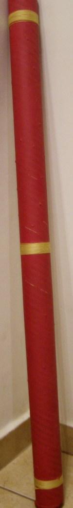 ένα μεγάλο Rain Stick φτιαγμένο με κύλινδρο που φυλάνε τα σχέδια οι μηχανικοί