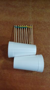 Μια μικρή ξύστρα από ξυλάκια που σταθεροποιούμε τρυπωντας δυ πλαστικά ποτήρια (διπλό ηχείο!)