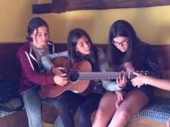 Probando el instrumento de otro compañero - MusikalSol 2014