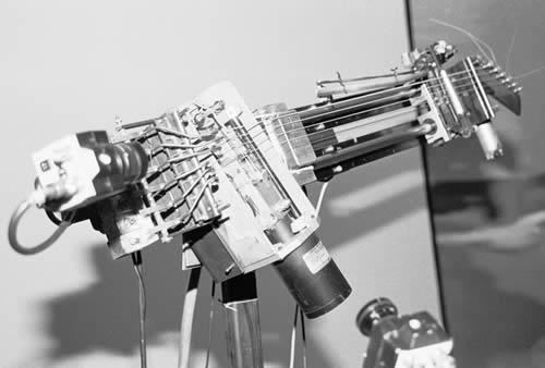 Beispiel 1: Nicolas Anatol Baginsky: Aglaopheme (1999/200) für Slide-Guitarren-Roboter. Foto: Hufner