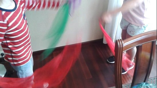 Nico y Alba practican música y movimiento con balones y pañuelos