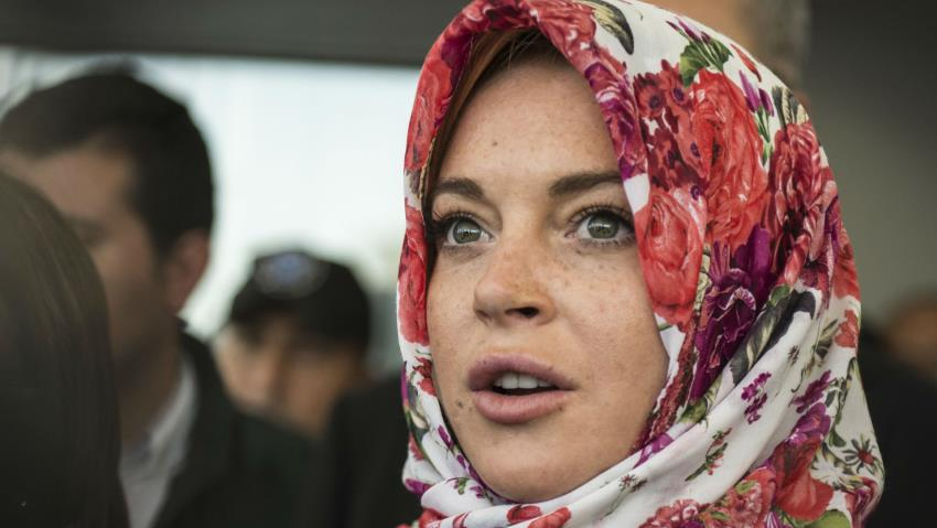 Lindsay Lohan Stopped at Heathrow Airport for Wearing a Hijab | Muslim Girl